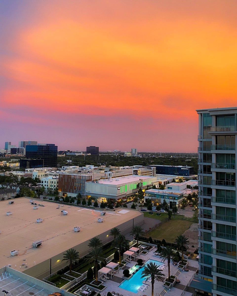 Absolutely stunning golden hour sunset tonight in #Houston. #txwx #houwxpic.twitter.com/V3D6W81vJj