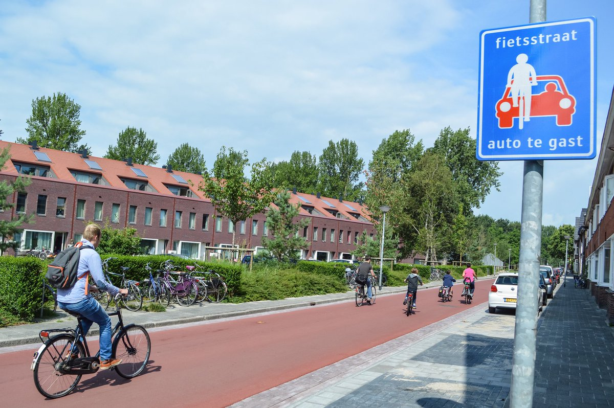 """Uživatel Melissa & Chris Bruntlett na Twitteru: """"As cities rapidly adapt to  short-term crisis with pop-up interventions; some aspirational, long-term  thinking from the Netherlands: Miles of quiet, welcoming streets that treat  cars"""