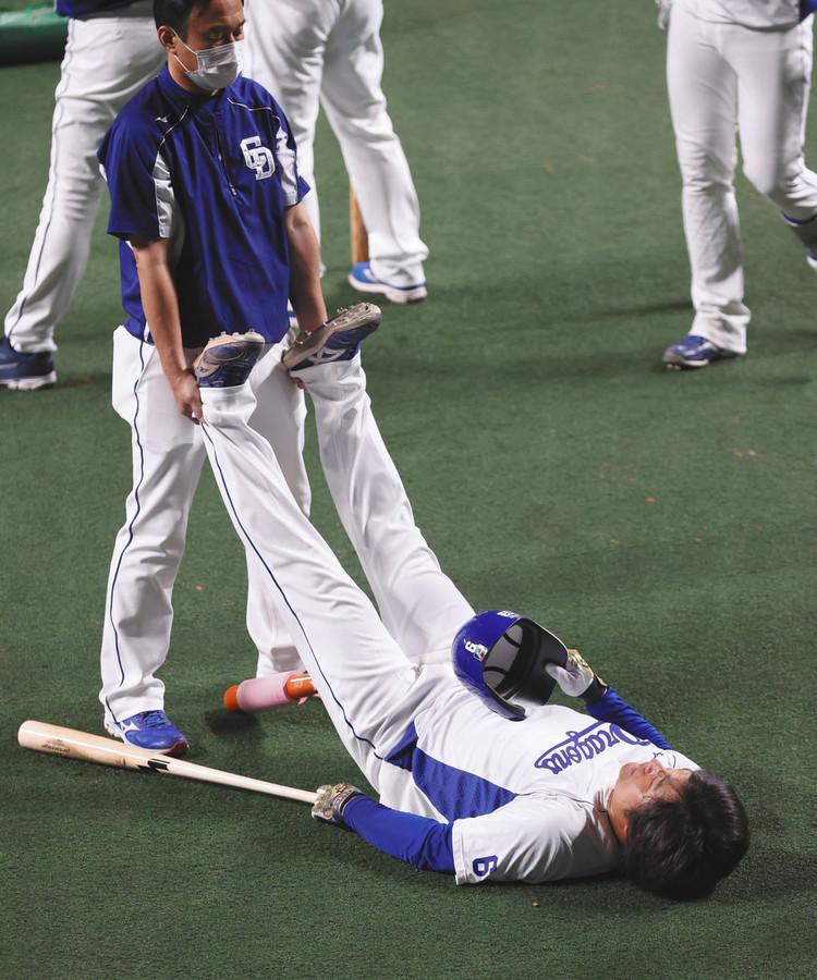 中日・平田、紅白戦前練習で両脚つる 大事取り欠場も与田監督「笑っていたので問題ない」(中日スポーツ)- Yahoo!ニュース 試合前の打撃練習中に両脚をつったもようで、しばらくトレーナーの処置を受けると、歩いてベンチ裏に引き揚げた。