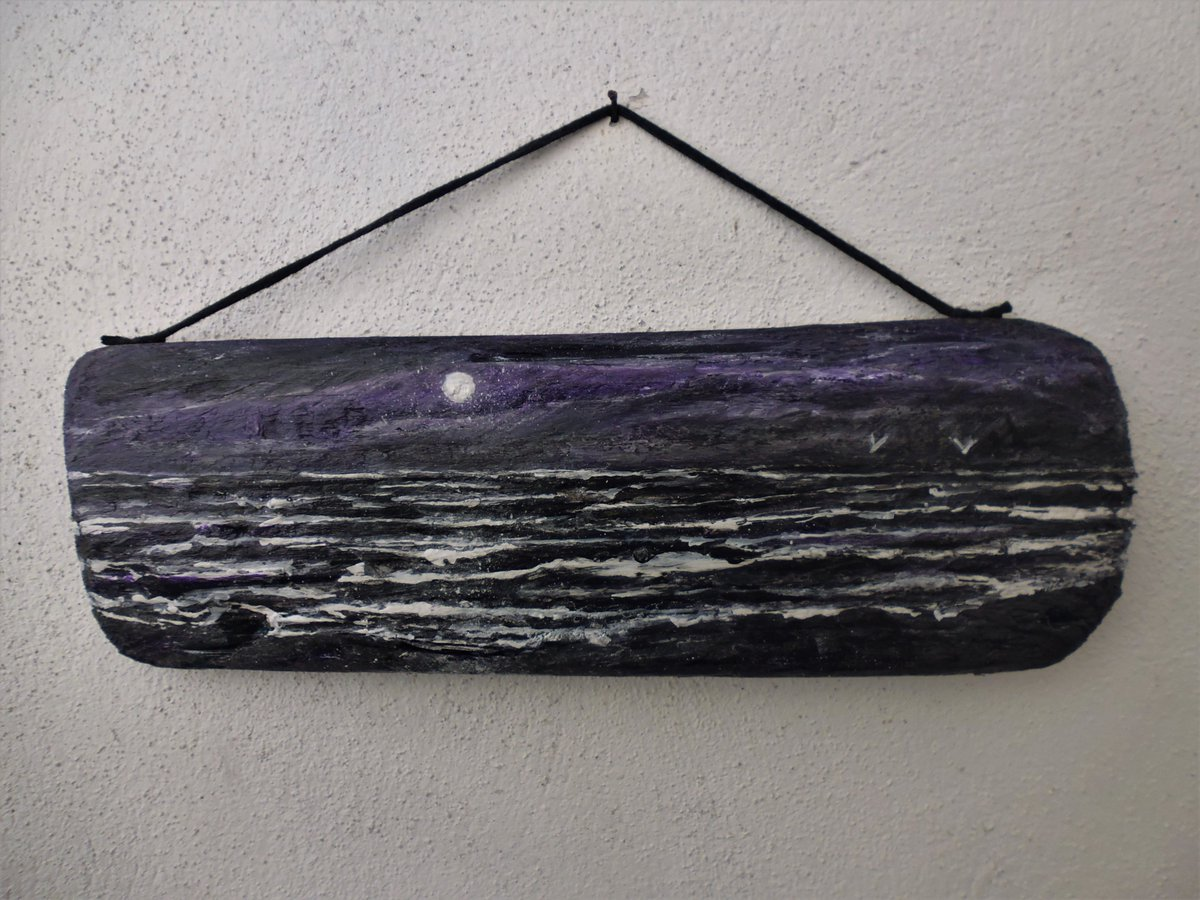 Moonlit Seascape plaque on driftwood #moon #MoonLovers #night #nightlife pic.twitter.com/cMfthypwNm
