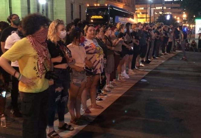 """""""6th and Jefferson in Louisville. This is a line of white people forming a barrier between black protestors and the police. This is love. This is what you do with your privilege."""" - KY NOW  #NoJusticeNoPeace #SayHerName #BreonnaTaylor  Photo credit: Tim Druck https://t.co/GExdLwmxSQ"""