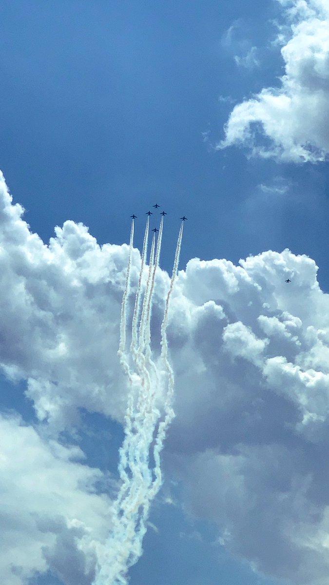 感動しました!!✨😭🛩🛩🛩🛩🛩同じ空の下、みんな繋がってる⭐️素敵なエール!!私も上を向いて、頑張ろう✨☺️#航空自衛隊 #ブルーインパルス #感謝 #医療従事者にエールを