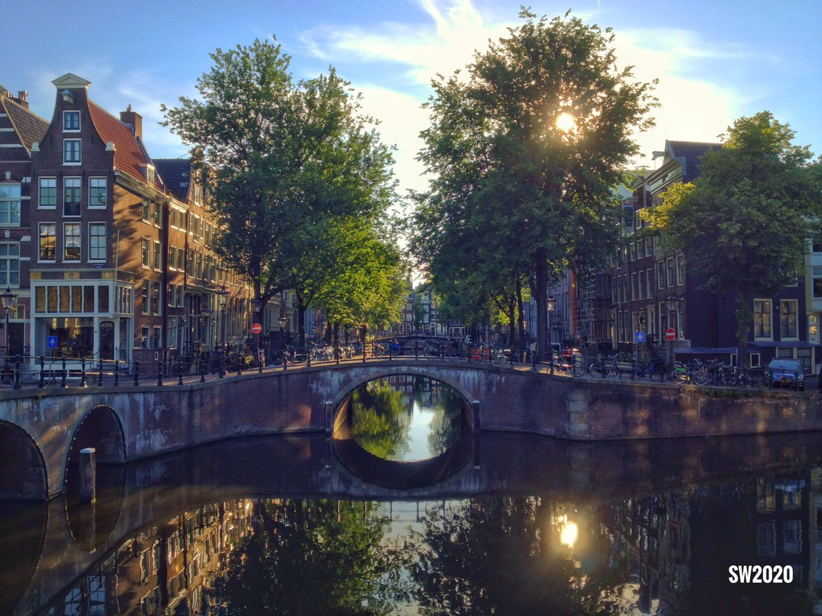 A view of the Keizersgracht in #Amsterdam looking towards the Leidsegracht pic.twitter.com/A5QMQ8sibY