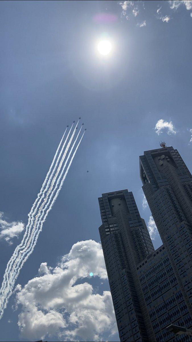 青空とビル群を抜けて飛行するブルーインパルス、はちゃめちゃに格好よかったです!! #みてくれ太郎