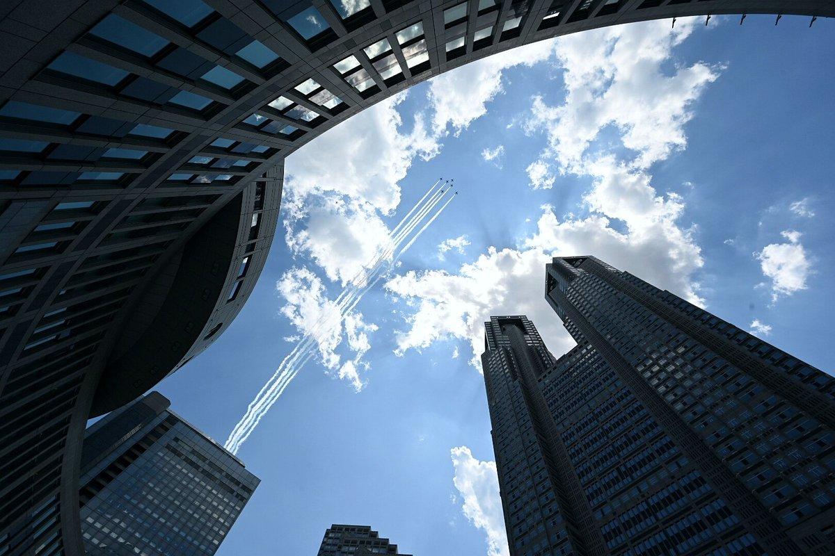 都庁上空を飛ぶブルーインパルスフェニックスのように美しかったです