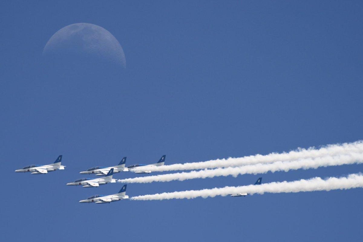 さっきのブルーインパルス 月と一緒に写せた!