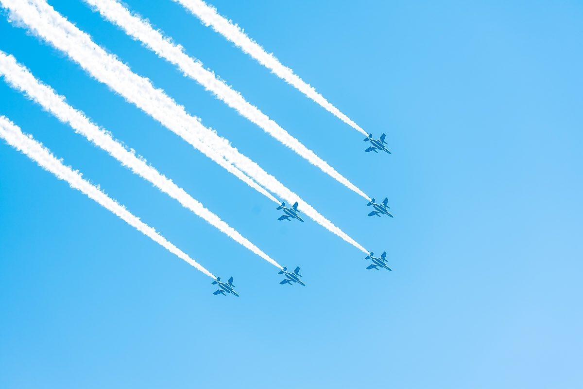 ブルーインパルス、ベランダから往復見ることができました✈️✈️✈️初めて見た…音も姿もカッコ良かった!!結局レンズ出して📸飛行機の写真なんて撮ったことないから、これで合ってるかわからないけど😵とりあえず早くて綺麗でカッコ良かった…そして久しぶりに仕事カメラで写真撮ったわ…