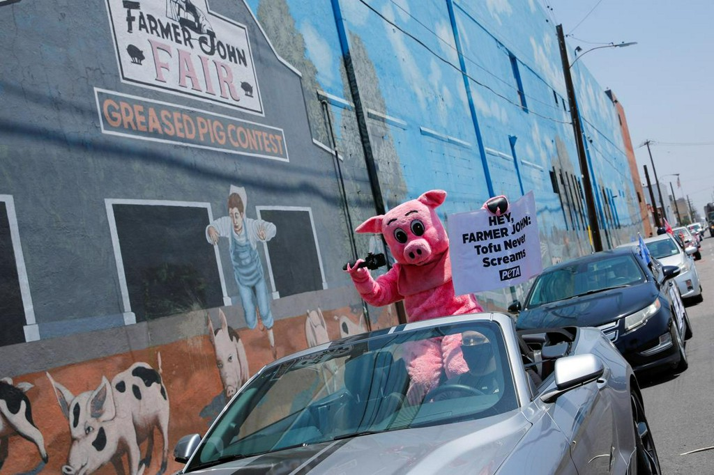 Los Angeles union, joined by 'Pandemic Pig,' demands meatpacking plant closure https://t.co/6z1Cgw7MOn https://t.co/GBAUo6HQld