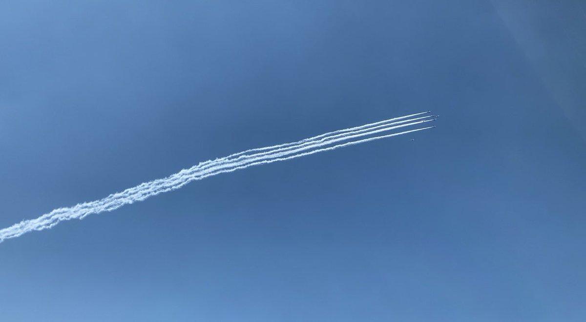 お仕事中で見られないかもと思い動画を撮って忽那先生に送りました本当はオリンピックの開会式に向けて訓練や準備をして来た飛行機職人さん達だと思うのですけれどこのコロナ禍でオリンピックは大きな雲の中へそして今、こんな風にお医者さん達の為に大きく2周東京の空を飛んだのだなぁと