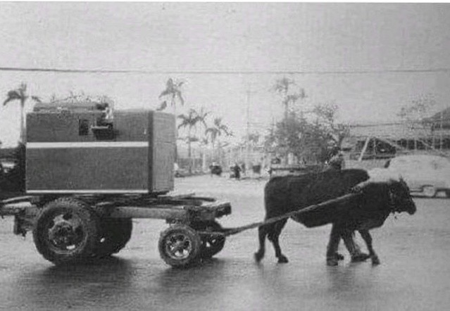 This is probably the earliest version of #mobilecomputing #Taiwan 1963. The punch card machine had to be moved at slow speed to avoid turbulence, hence the ox-cart at 3mph. We have come a long way #supercomputing https://t.co/NFggUUBzWd https://t.co/a0uTfx2cxY
