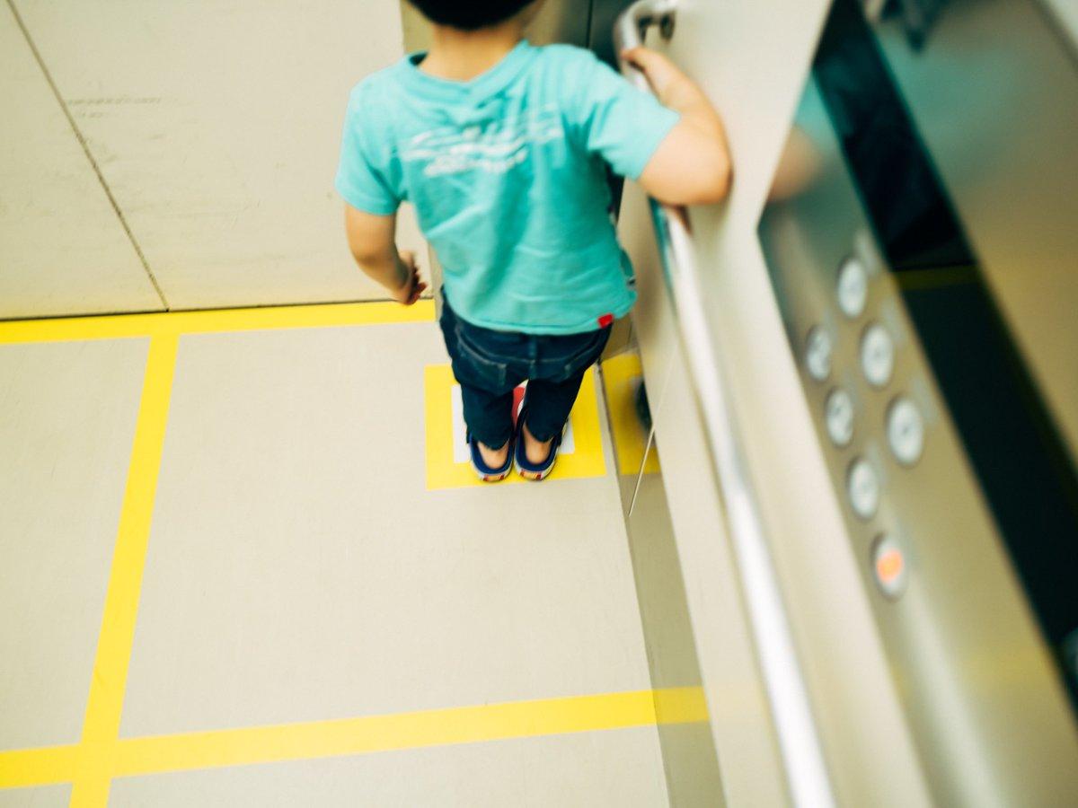 ソーシャルディスタンスなエレベーターに息子とのったら、律儀な息子が足のマークに自分の足をのせていた。息子よ、せまくないかい?