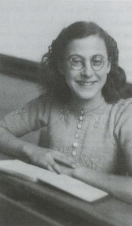 29 May 1927 | Dutch Jewish girl Suze Alexander was born in Amsterdam. In March 1944 she was deported from Westerbork to #Auschwitz. She did not survive.