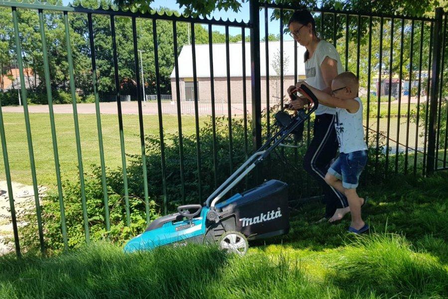 test Twitter Media - Wat een feest! Het speelplein met het mooie nieuwe gras voor de onderbouw is in gebruik genomen. Het gras is zo hard gegroeid de afgelopen weken dat het eerst moest worden gemaaid. Samen voor het speelplein zorgen, hoe mooi is dat?https://t.co/8bm5xVNGln https://t.co/Z689ejQiVX