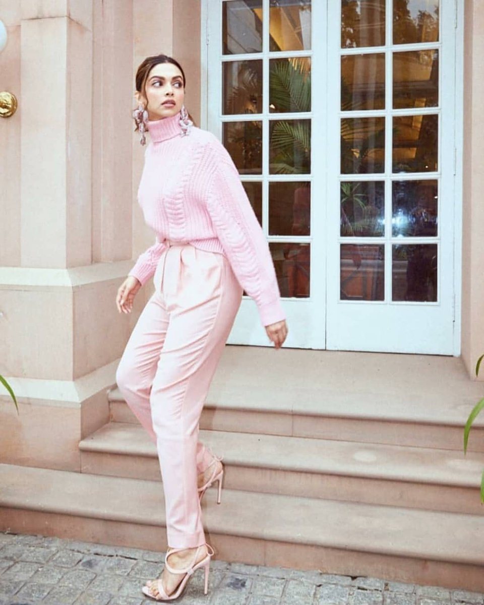 Sneaking into the house after a late night party, hoping that no one catches you.  Miss that right? @deepikapadukone  . . . #deepikapadukone #deepikapadukonefans #pink #streetfashion #party #quarantine #bored #bollywoodcelebs #bollywood #bollywoodactress #bollywoodnews #madam360pic.twitter.com/TDazHJPo9A