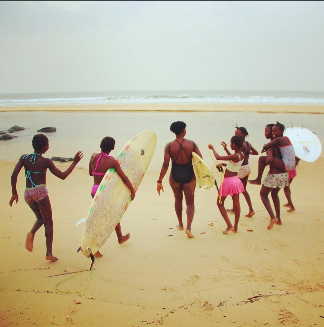 "Yu sabi surf? Head down to Bureh Beach for surf lessons with the amazing Kadiatu ""KK"" Kamara 📸 @thethingwithfeathers   #ipctravel #yourguidetosierraleone #sierraleone #burehbeach #africa #westafrica #surf #surfclub #tourism #beautifuldesinations #surfboards #beachvacations https://t.co/wyzSBLKPMq"