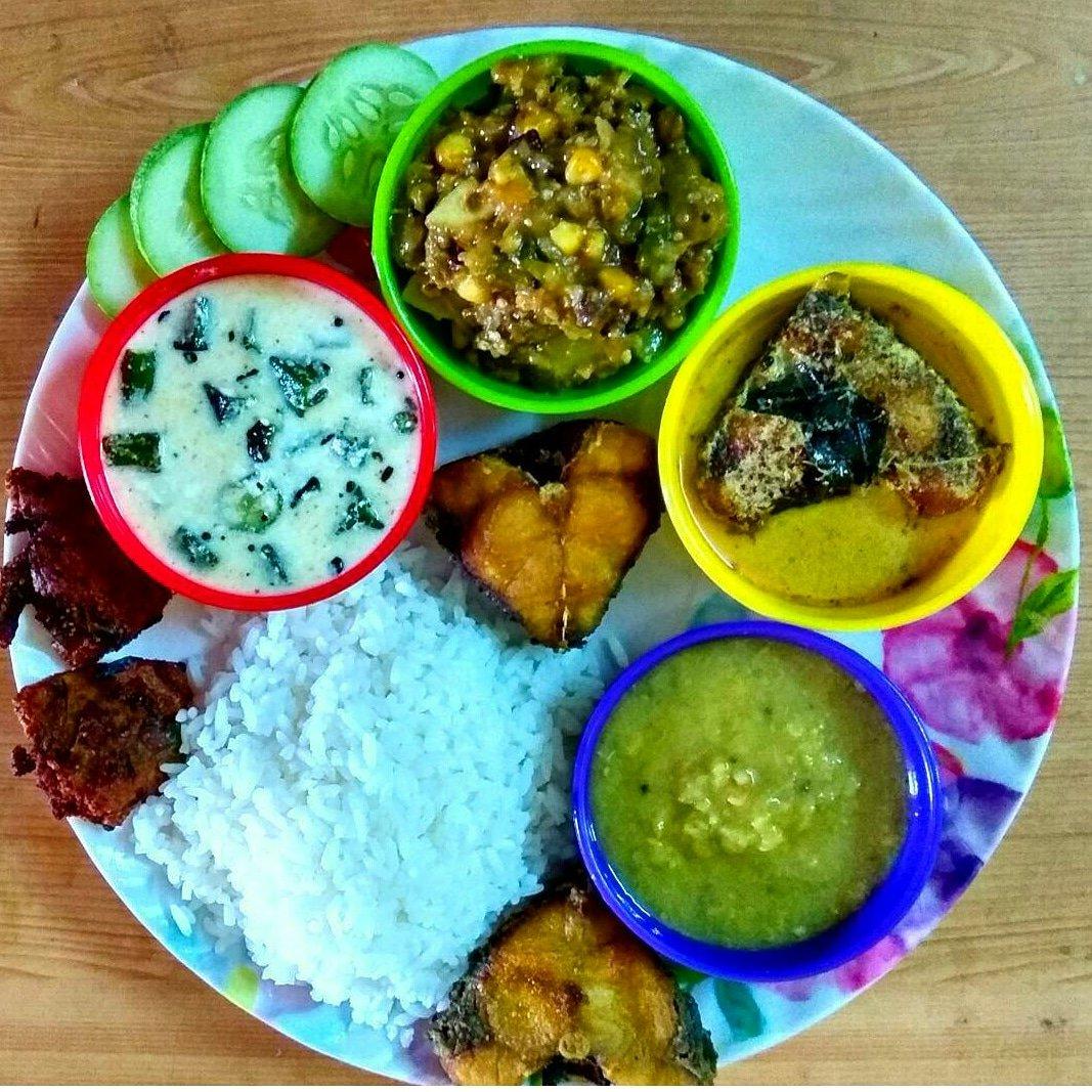 Friday nonveg lunch platter_Rice,dal,mustard fish curry,fish fry,mixed vegitable curry,dahi bhindi,fish egg fry n cucumber#homemade #lunch #foodie #twitter #foodbloggers #sambalpurcity #sambalpur #bhubaneswar #bhubaneswarbuzz #odisha #indiapic.twitter.com/qTJhZrEFtt