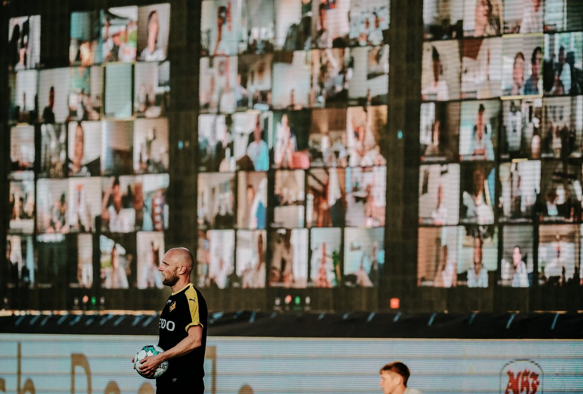 If the fans can't be brought to the football, football has to be brought to the fans.  Danish Superliga club @AGFFodbold set up screens around the pitch to form a 'virtual grandstand' as 10,000 fans tuned in together to watch the game. https://t.co/Xl32ILe915