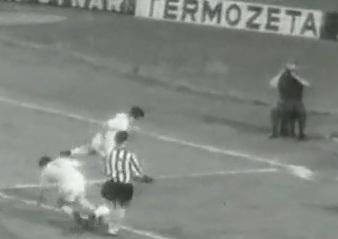 23/6/1965: a purgare la juve in finale di #CoppaDelleFiere è nientemeno che il #Ferencvaros. 0-1 e la coppa vola in Ungheria. Alla juve riesce di perdere pur giocando la finale unica in casa. Perchè mica perdiamo solo le #Champions! #juveFerencvaros #finaliperse #finoalconfine https://t.co/j9y7FxTuJE