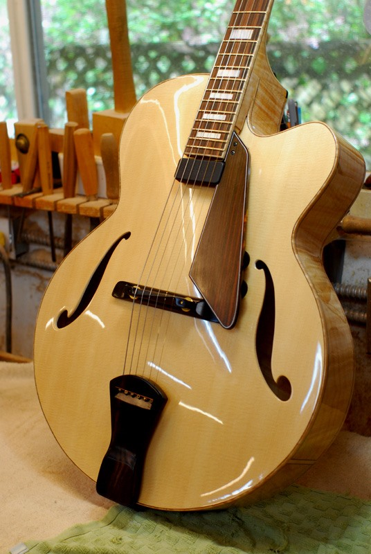 "Lovely 17"" full depth archtop only from the folks at Holst Custom Stringed Instruments http://www.pacinfo.com/~sholst/   Review: https://youtu.be/QrkTdqDm5_0 pic.twitter.com/u9utotOst3"