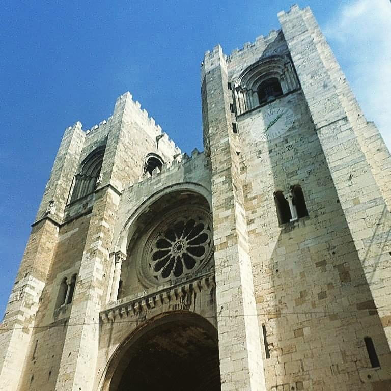 La Catedral de Sé se encuentra en el barrio de la Alfama. ¿Que sabes de ella? http://www.viajescheap.com/la-encantadora-lisboa/… #catedraldelisboa #catedral #lisboa #portugal #barriodealfama #alfama #viajescheap #readmyblog #europa #europe #europetravel #lovetravel #love #blogs #blogger #bloggerlifestyle pic.twitter.com/GrLjjGP22r