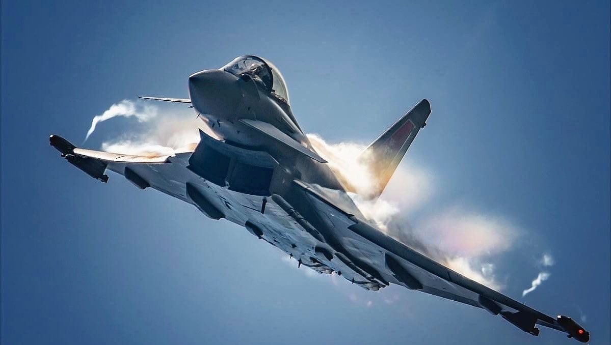 Feeling fly this #phoonfriday  • Majestic in all her entirety! Beautifully captured by @rzepkaphoto   • Keep safe & have a great weekend all!   • #phoontime #eurofighter #eurofightertyphoon #typhoon #raf #pilot #solo #display #solodisplay #military #fly #instagood pic.twitter.com/ShkKTd7btX