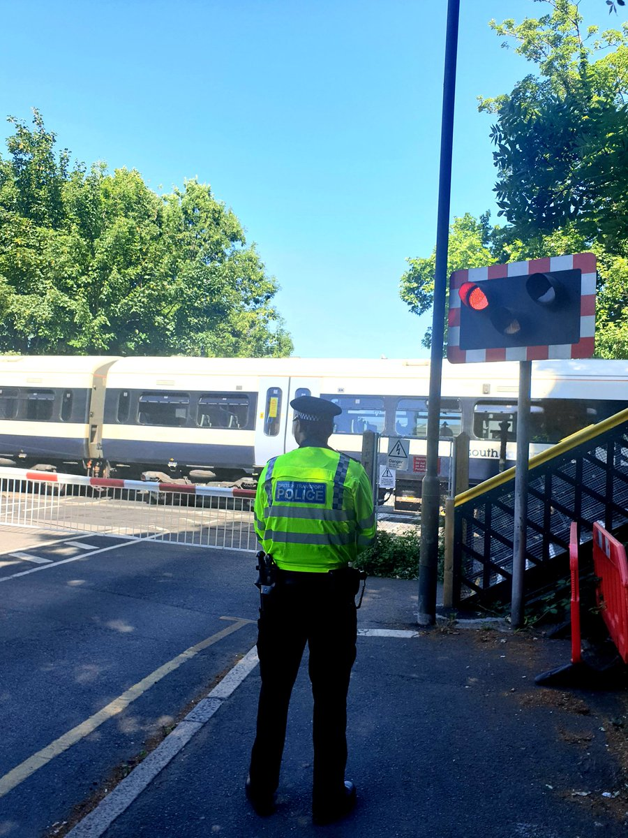 #SEDisruptionTeam have been conducting high-vis patrols at level crossings today. We have been educating drivers and pedestrians around safe use of railway crossings and using powers under the Road Traffic Act to enforce where necessary. Taking a chance is never worth the risk.