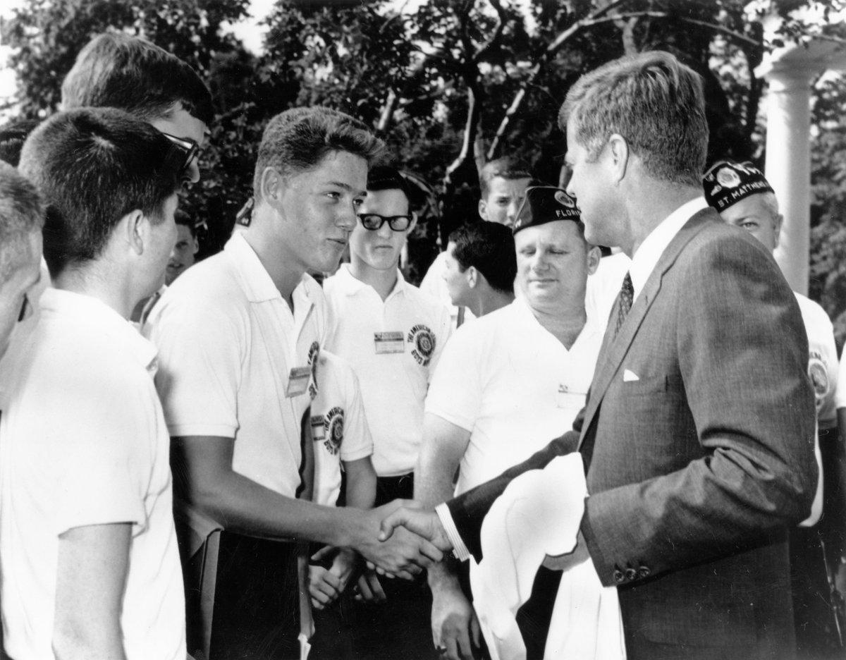 Blijft een iconische foto. De 16-jarige @BillClinton schudt de hand van toenmalig president John F. Kennedy #Amerika