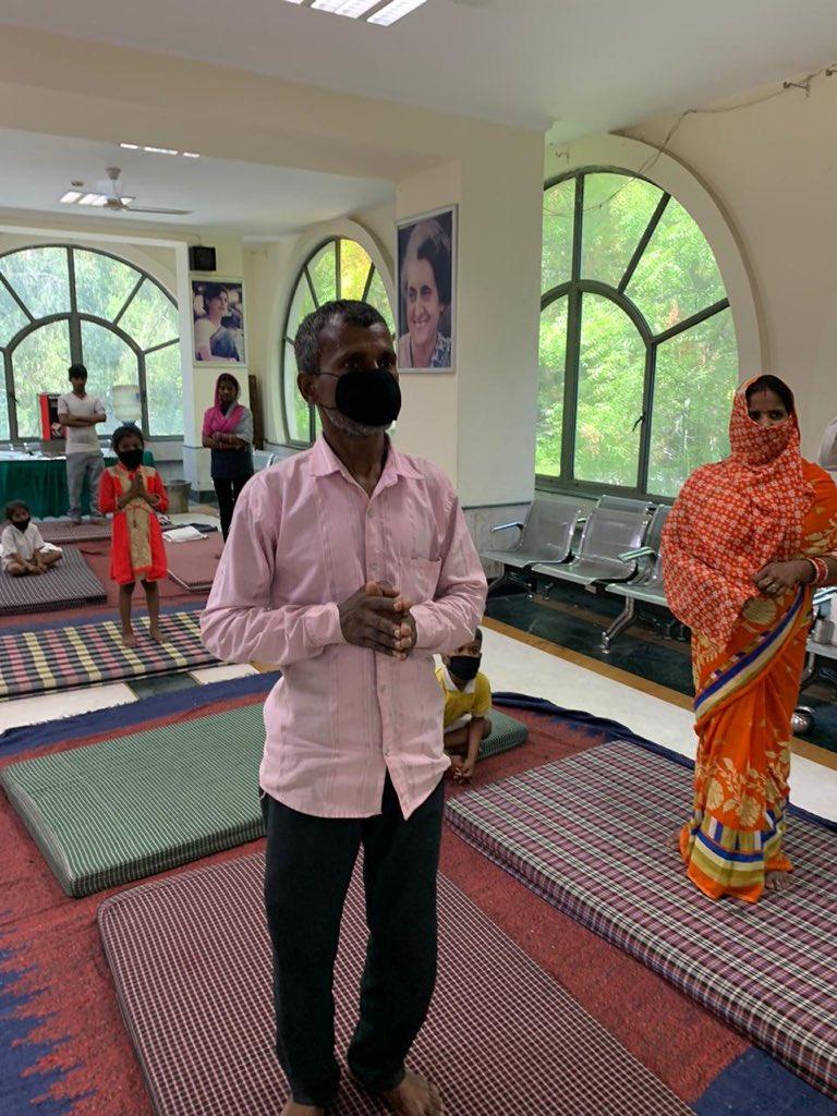 जो श्रमिक घर छोड़ कर निकले ओर ट्रेन मे जगह नहीं ले पाए उनको दिल्ली प्रदेश कांग्रेस दफ़्तर मे ही सोने ओर खाने की पूरी व्यवस्था हमारे साथियों ने की । इन परिवारो के साथ कुछ पल बिताने का सौभाग्य प्राप्त हुआ।