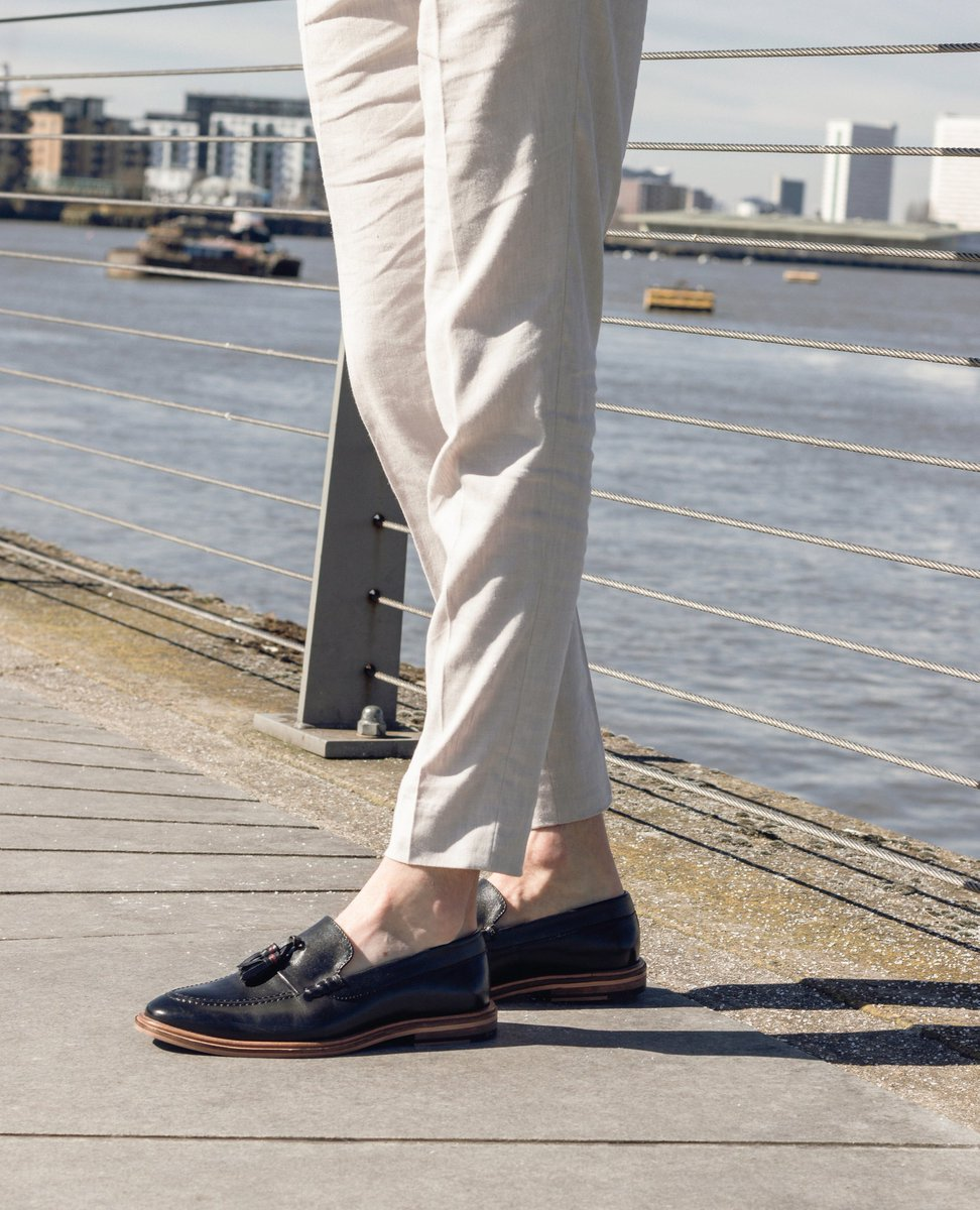 From car to bar, a perfect relaxed town choice. West Tassel Loafer. #blackloafers #mensloafers #walklondonshoes⁠ #leatherloafers #loafershoes #mnswr #shoestagram #classicmenswear #loafer #classicmensshoes #shoestagrams #madetobeworn #stylishmen   https://www.walklondonshoes.com/products/west-tassel-loafer-black-leather …pic.twitter.com/DWib3WXYnh