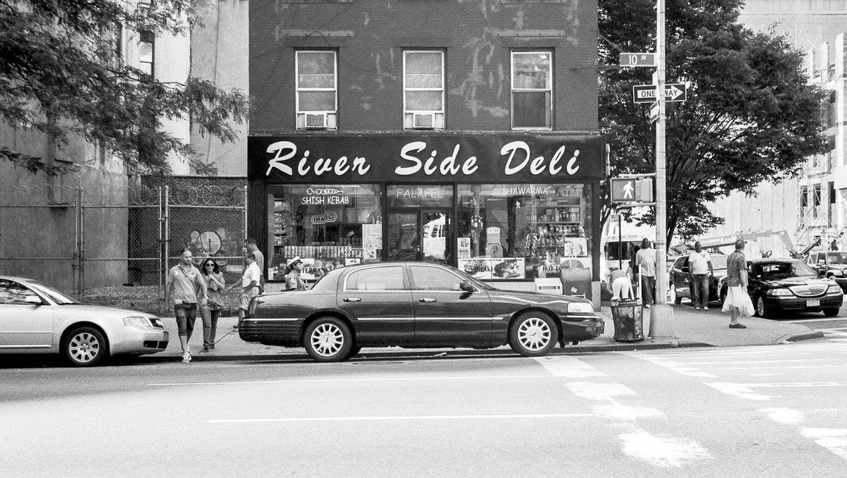 River Side Deli. New York, NY, USA. . #Contax 139Q w/ Carl Zeiss Planar T* 1,4/50. . #35mmfilm #analog #analogue #film #analogforever #thefilmcommunity #filmfeed #filmphoto #believeinfilm #keepfilmalive #filmwave #filmforever #bnw #blackandwhite #street #streetphoto #newyork #nycpic.twitter.com/puUQ5N7SbT  by analogMoFo