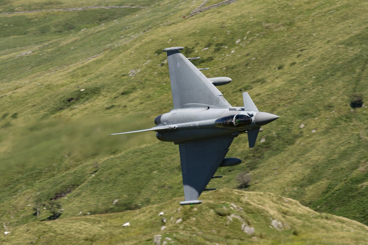 @RAFConingsby typhoon Banking in to Cad, mach loop  back on 18th june 2016  ZJ932 (dont know which sqn like)  Miss the typhoons through wales low level 😢  #eurofighter #lowlevel https://t.co/8cWuC5LxsF