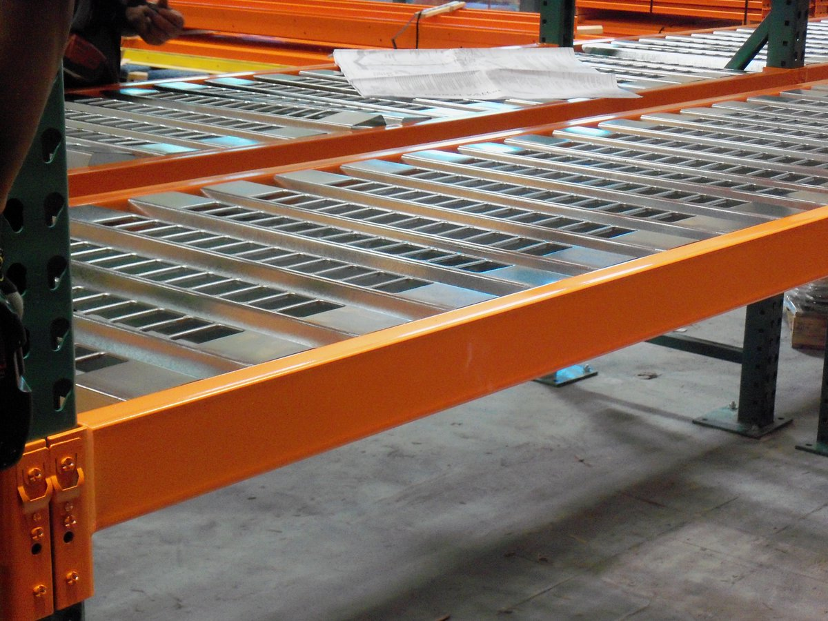 Talk about a deck with a view!  #palletracking #warehouse #weownsd #storagesolutions #clean #beautiful #materialhandling #orangepic.twitter.com/RqzEF1C5nw