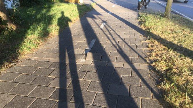 Met aanhoudend droog weer gaan tegels op het fietspad los liggen. Opletten dus! #valpartijen https://t.co/U2RsWET1KX