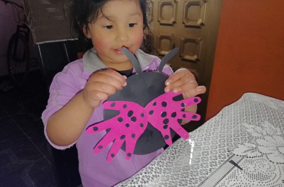 Niños y niñas del servicio Creciendo en Familia en la Ruralidad de #CiudadBolivar exploran y fortalecen habilidades motoras, a través de la elaboración de objetos #integracionbtapic.twitter.com/6jVQ6bSnuu