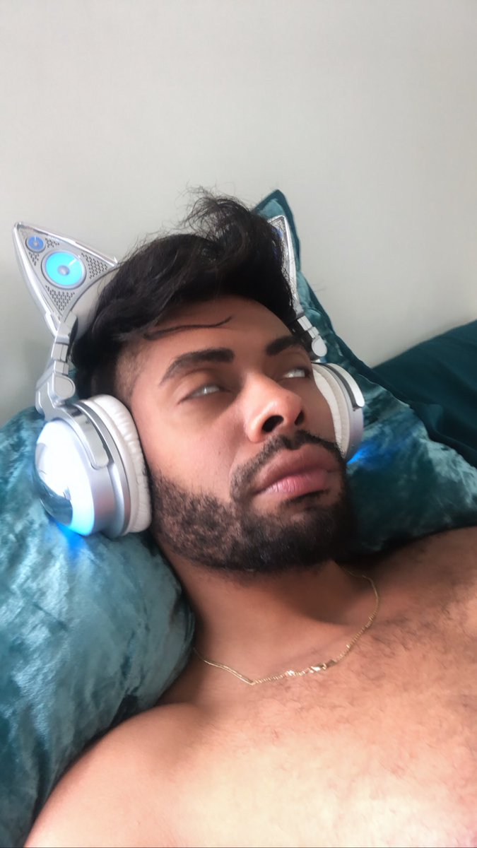 All the gays listening to #chromaticapic.twitter.com/MIVkfJAMTD