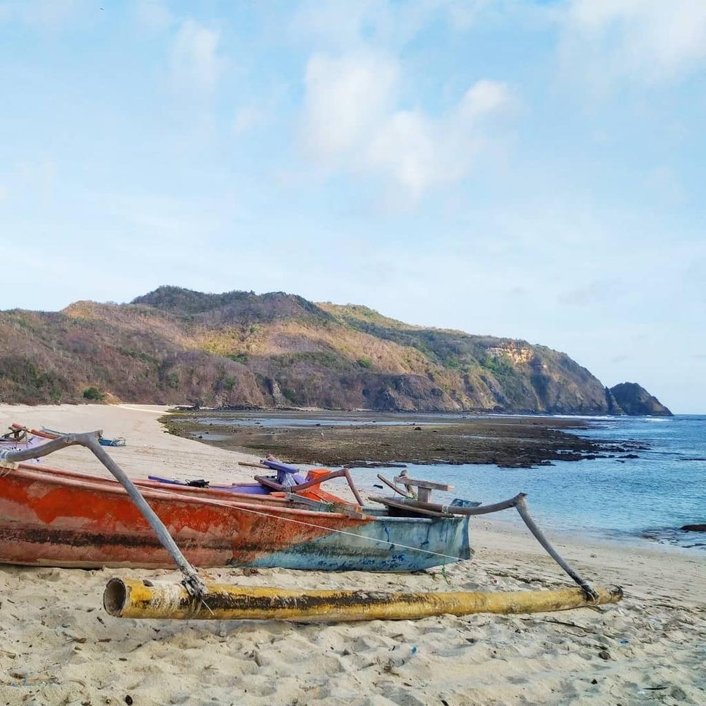 Dry times in dry season. Mawun beach, Lombok.  #mawun #kutalombok #mawi #selongbelanak #santai #santaipantai #lombok #lomboktravel #lombokindonesia  #travel #travelphotography #photography #nature #photooftheday #wanderlust #adventure #trip #picoftheday … https://instagr.am/p/CAyGctUKY8w/pic.twitter.com/8AdGoELiO6
