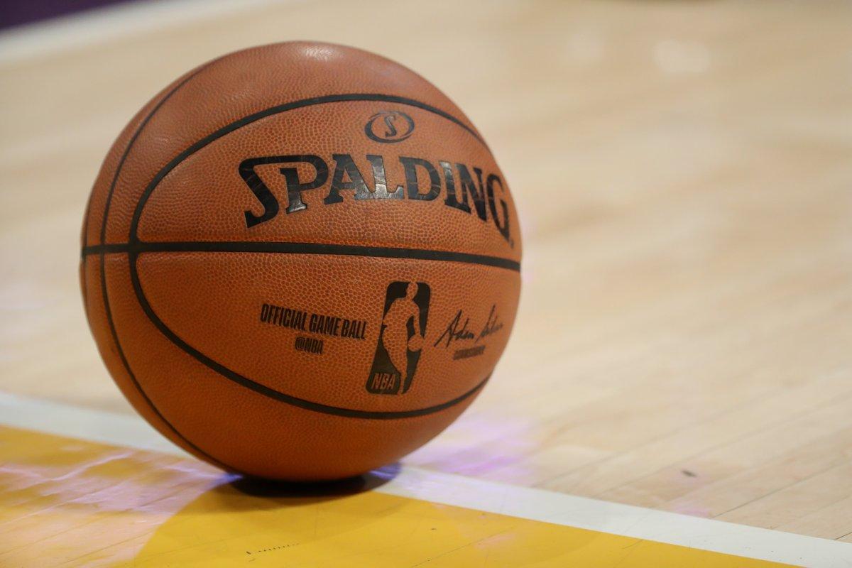 Adam Silver y la oficina de la liga de la #NBA han informado a la Junta de Gobernadores que el día 31 de Julio es la fecha objetivo para reanudar la competición.   Vía @ShamsCharania  https://t.co/tMtmoUJW9R