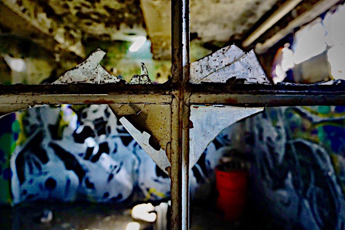 Broken glass   #photograhy #abandoned #warehouse #fotografie #fotografia #photographie #a5100pic.twitter.com/cVM2uZXPud