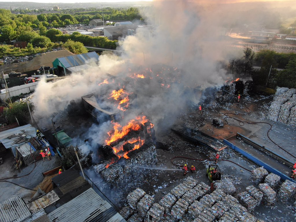 📸 Check our these fantastic @air_unit shots from Kirkless Industrial Estate - crew are working tirelessly to deal with the blaze. https://t.co/vHI59Zrj11