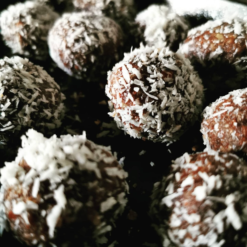 Today's masterclass, again courtesy of @tipilondon, was on making energy balls with @nourishfoodforlife. They turned out pretty great! Here they are resting a short while in the void. https://t.co/yafrbVn1BZ https://t.co/oOSf4Z7R2t