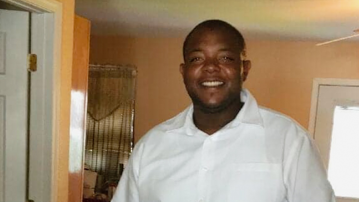 NEW: Marc Davis called 911 after a car crash in Petal, Mississippi, saying he needed an ambulance. Soon after, a witness tells me she saw a responding officer shoot Davis, whose empty hands she says were stretched out like Jesus, 3 times, killing him. mississippifreepress.org/3431/a-petal-p…