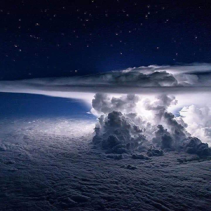 A pilot of a #Boeing 767 #captured a stunning photograph of a thunderstorm billowing over the Pacific Ocean!!pic.twitter.com/OsbRsNKNW8
