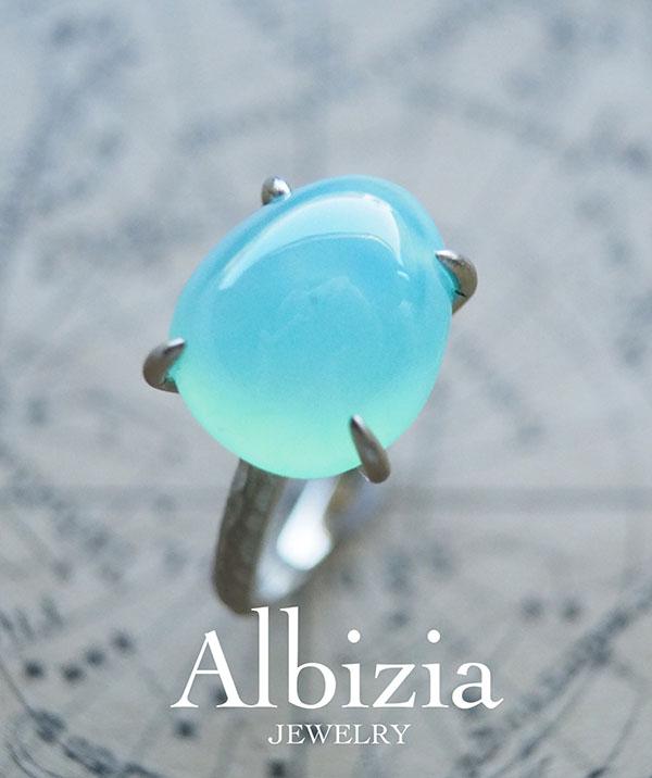 新作です。青空をかためたようなブルーオパールのリング。何にしようかずっと楽しみにしていた石です。石の上部とサイドにぽつりと黒い小さなインクルージョンがあるのですがそれも魅力と思ってくださる方のところに行ってほしい。地金はK18WG。一点もの。#ブルーオパール #天然石 #Albizia_jewelry