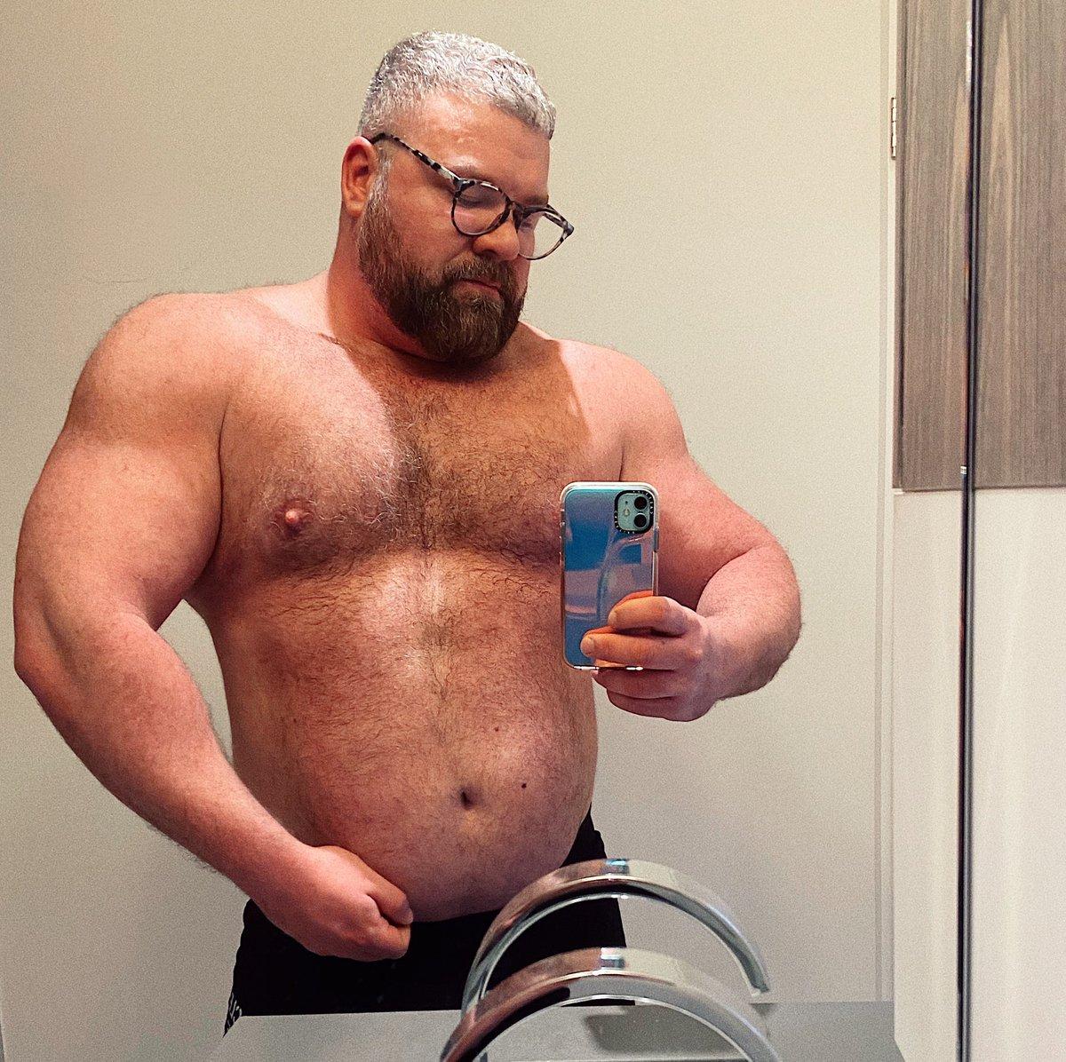 Do I have abs yet? #fatfriday #flexfriday <br>http://pic.twitter.com/DBGshkCbeM