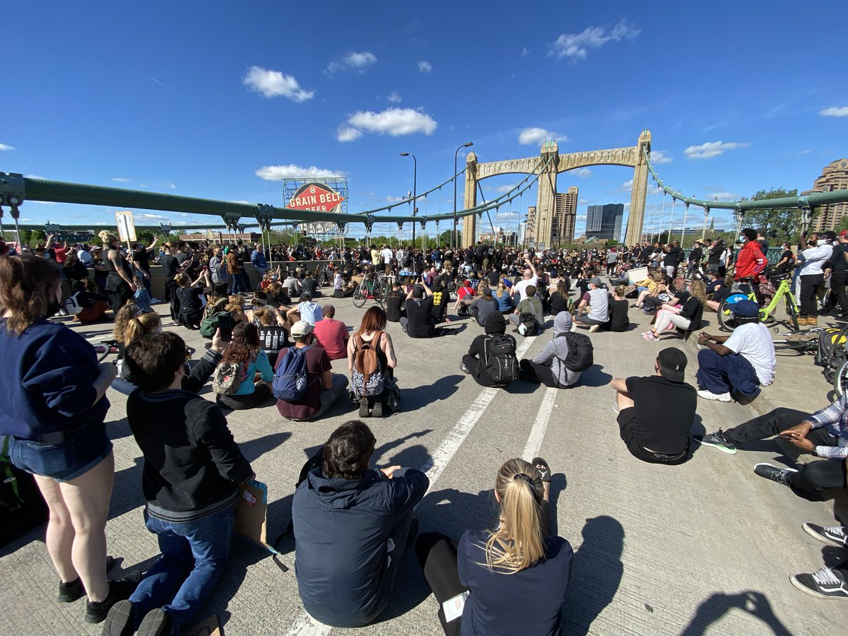 More than 1000 protesters shut down the Hennepin bridge over the Mississippi river in Minneapolis in a peaceful demonstration #Minneapolis #goergefloyd https://t.co/MXnpjn2tcc