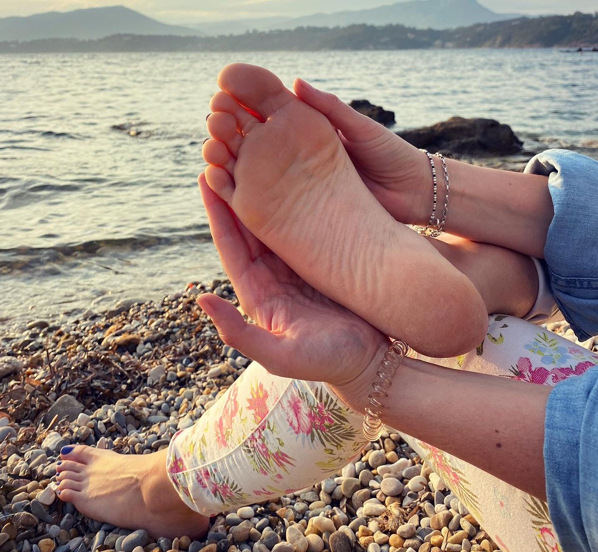Always soles ... ^^ #lolafeetgirl #feet #pieds #foot #soles #plage #confinement #plantedepieds #pies #piedi #beach #french #girl #Feetfettish #cutesoles #toes #sexysolespic.twitter.com/nIl7RgFzOO