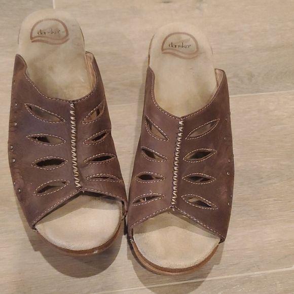 https://poshmark.com/listing/DANSKO-Brown-Wedge-Sandals-Size-41-5e97b632e107bb9f64dc5a2b… #dansko #wedgesandals #womanshoes #thrifter #poshparty #poshmark #poshmarkcloset #trendy #style #styleblogger #womanswear #streetwear #streetwearfashionpic.twitter.com/h610yGEt40