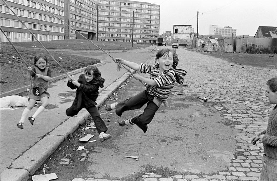 #Photography Chris Steele-Perkins (1978), Belfast,   Divis Flats, Northern Ireland. https://t.co/8b1hoTdumb