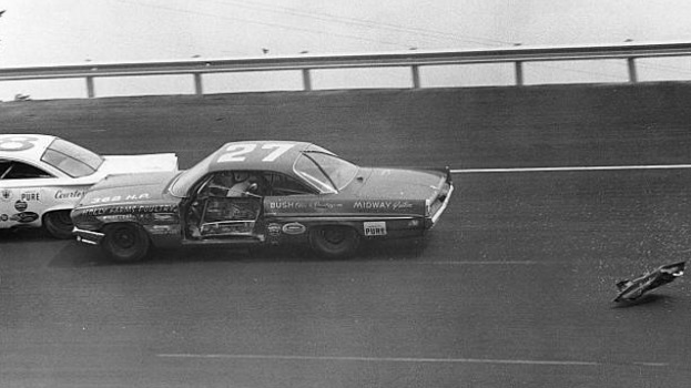 #FlashbackFriday 🏁 The first NASCAR Grand National race at #Bristol was the 1961 Volunteer 500. Junior Johnson qualified 2nd, but his damaged door fell off during the race and he later dropped out with rear end gear trouble. #ItsBristolBaby 🏁