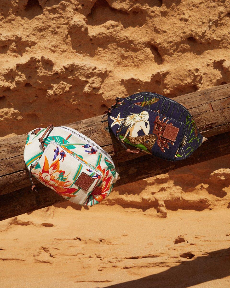 パウラズ イビザのアイコニックなプリントによるバムバッグは、ウエストバッグ、ボディバッグ、またはショルダーバッグとして着用可能です。bit.ly/Paulas-01 Photography Rosie Harriet Ellis #LOEWEpaulas